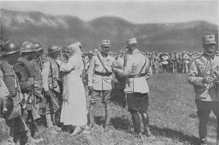 Regele Ferdinand I împreună cu Regina maria, decorând militarii care au luptat la Mărăşeşti