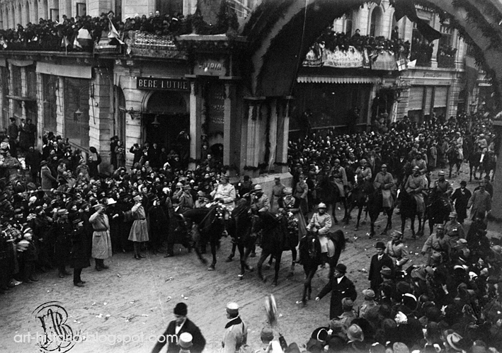 1 Decembrie 1918, Piaţa Palatului. Intrarea lui Ferdinand I şi a Reginei Maria în capitală.