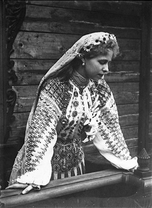 Regina Maria in costum popular la 18 ani