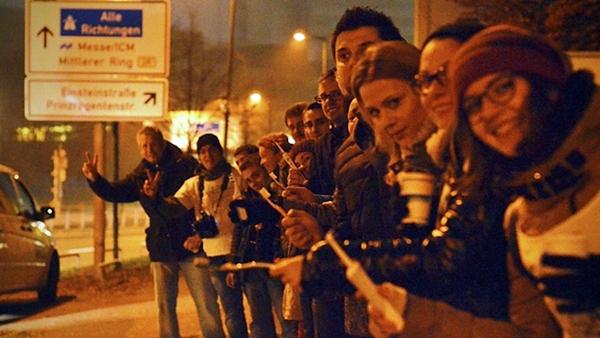 Români din München aflaţi la coada de votare, cu zâmbetul pe buze. Sursa foto: romaniatv.net