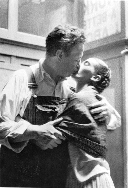 Frida si Diego sarutandu-se. New York,1933 Sursa foto: apollo-magazine.com