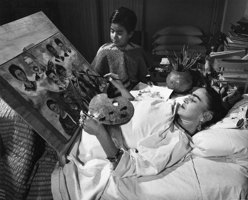 Frida Kahlo lucrand la tabloul intitulat