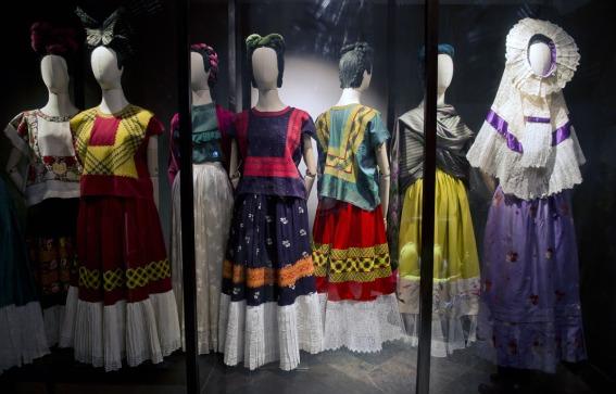 Piesele din garderoba personala a Fridei Kahlo, expuse in cadrul expozitiei aniversare a 100 de ani de la nasterea artistei in Mexico City, 2007 Sursa foto: huffingtonpost.com