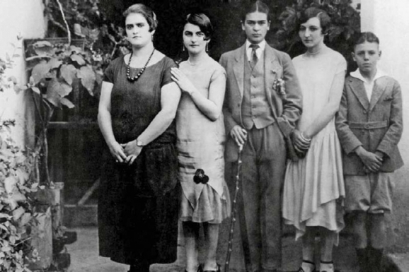 Frida-Kahlo--family