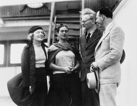 De la stanga la dreapta: Natalia Sedova, a doua sotie a lui Leon Trotsky, Frida Kahlo, Leon Trotsky si Diego Rivera in Mexic, 1937 Sursa foto: theguardian.com