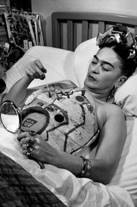 Frida Kahlo, costumizandu-si corsetul medical Sursa foto: pinterest.com