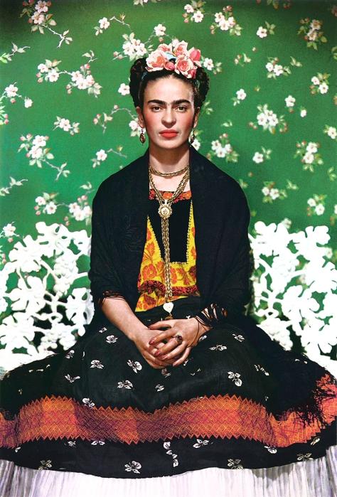 Frida Kahlo fotografiata de Nickolas Muray in anul 1937, pentru revista Vogue, editia mexicana.